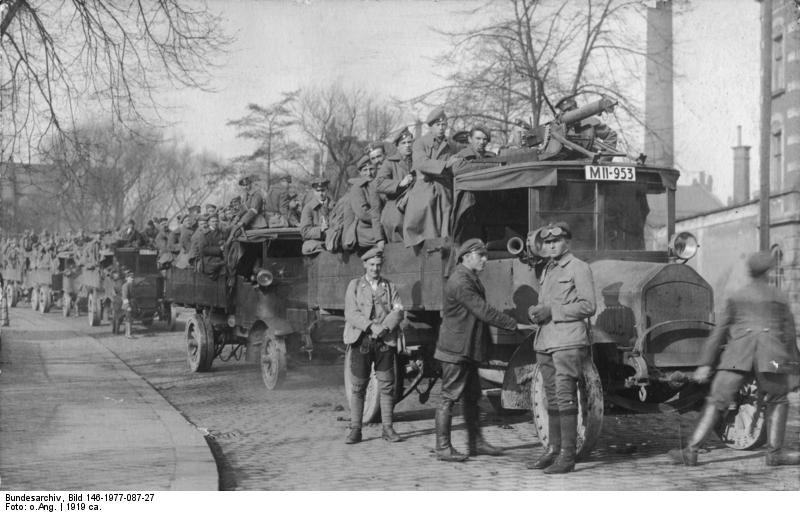 Autokarawane mit MG und Kämpfern